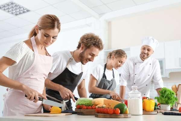 Ragazzi al corso di cucina