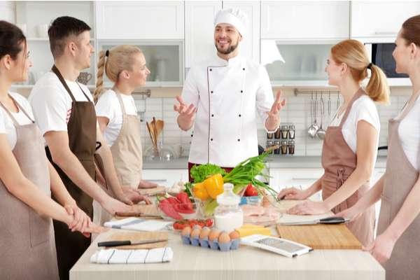 Cuoco insegnate e apprendisti