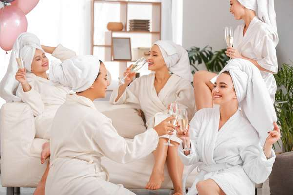 ragazze in relax brindisi